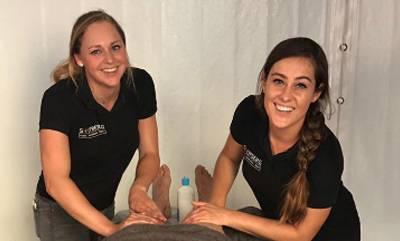 afbeelding van twee vrouwelijke masseurs van Fysio Stofberg.