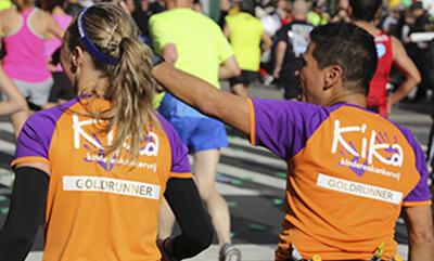 twee runners met goldrunner op hun rug