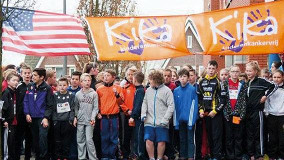 Afbeelding van kinderen die klaar staan om te starten aan hun sponsorloop voor KiKa. Wil jij als deelnemer of vrijwilliger van Run for KiKa tips, tools en downloads om zelf een sponsorloop te organiseren voor het goede doel? Klik dan op de afbeelding