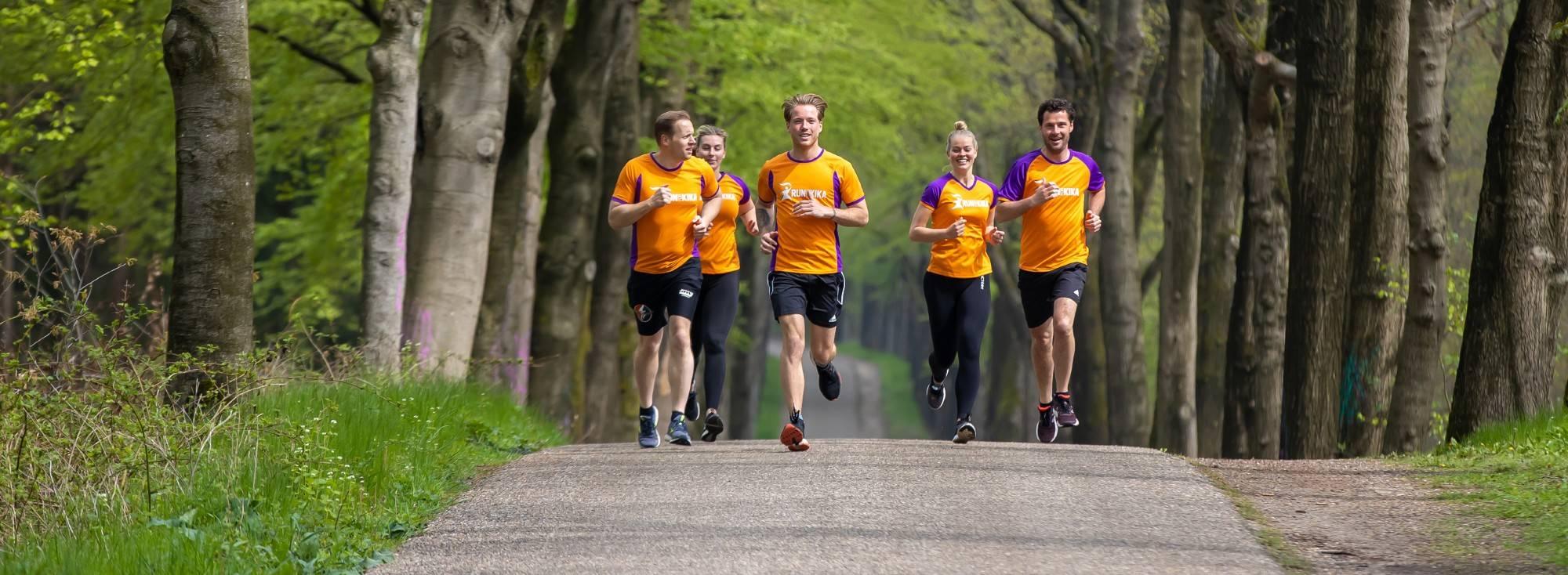 hardlopers in Veluwse bossen voor KiKa marathon