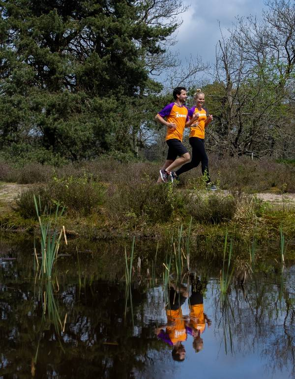 Drie Run for KiKa Marathon Veluwe deelnemers bij molen